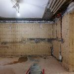Vor dem Verputzen wird Elektro und Sanitär im Rohmauerwerk installiert